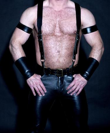 shirtless: Torso masculino musculoso peludo vestido de cuero negro fetiche