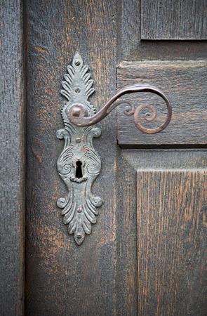 oude houten deur met antieke deurkruk Stockfoto