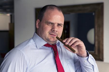 portret van een man in overhemd en stropdas die een sigaar