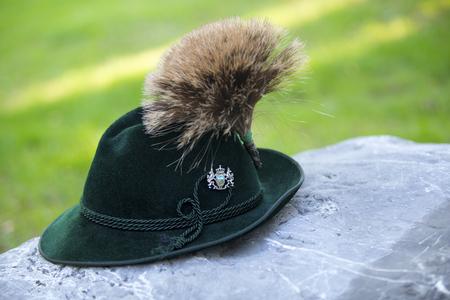 石の上に伝統的なバイエルンの帽子