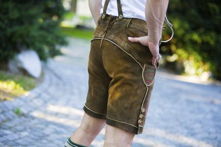 achterkant van een man in traditionele Beierse kleding Stockfoto