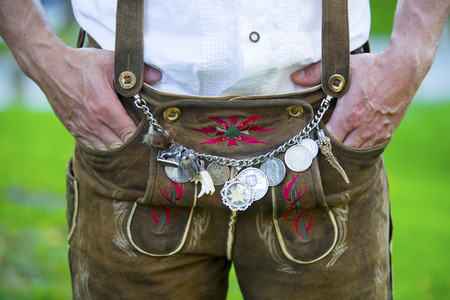 伝統的なバイエルンの革ズボンをはいている男のクローズ アップ