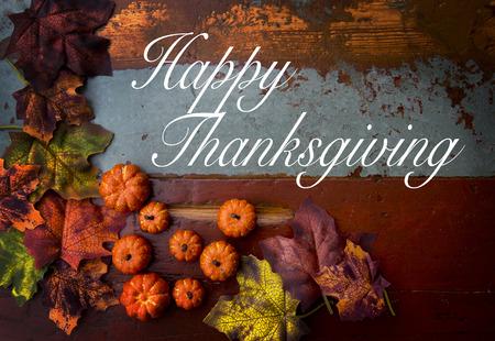 Happy Thanksgiving op houten vintage bord met pompoenen en bladeren