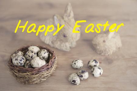 huevos de codorniz: 'Feliz Pascua' con la cesta de huevos de codorniz y conejito de la paja