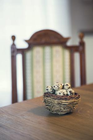 huevos de codorniz: cesta de huevos de codorniz en mesa de madera