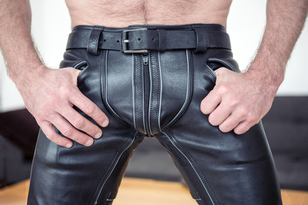 hombres gays: Primer plano de hombre con pantalones de cuero negro fetiche Foto de archivo