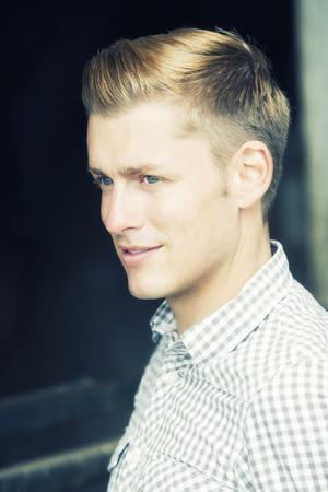 profil de bel homme blond aux yeux bleus