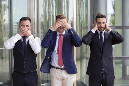 Drie knappe zakenlieden als de drie wijze apen Stockfoto - 78979088
