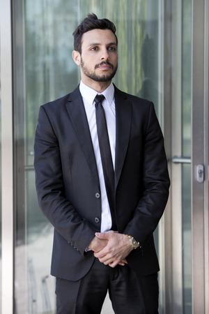 Portret van knappe man staande in een pak en das