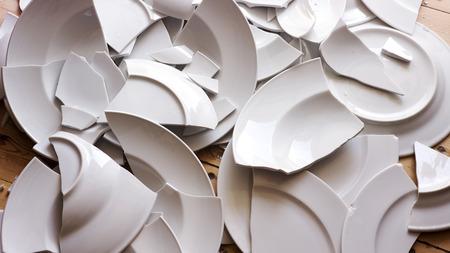 Muchas placas blancas rotas en un piso de madera Foto de archivo - 84717627