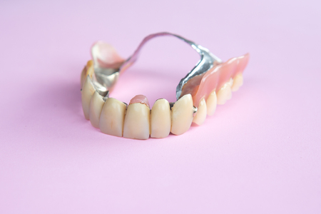 closeup of dental prosthesis on pink background Banque d'images - 106139402
