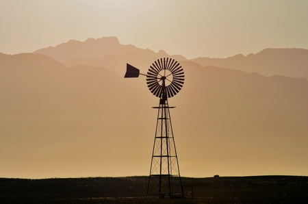 bomba de agua: Paisaje con molino de viento de la bomba de agua en la granja de westerncape sud�frica