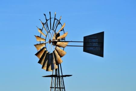 bomba de agua: Bomba de agua del molino de viento en la granja westerncape sud�frica Foto de archivo