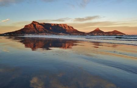 Landschap van Kaapstad en de Tafelberg bij zonsopgang