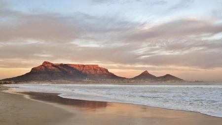 Landschaft von Kapstadt und den Tafelberg bei Sonnenaufgang