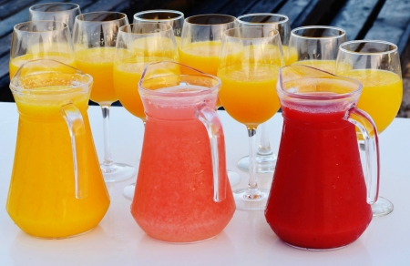 jugo de frutas: Cierre de zumo de fruta reci�n exprimido en jarras