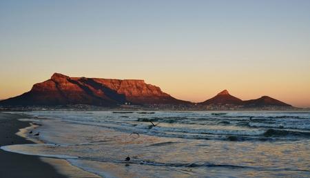 Seelandschaft mit Tafelberg bei Sonnenaufgang