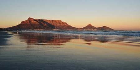 Seelandschaft mit Tafelberg bei Sonnenaufgang Standard-Bild