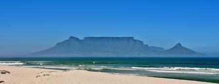 Landschaft mit dem Tafelberg über das Meer