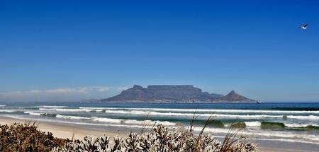 Landschaft mit dem Tafelberg und dem Strand