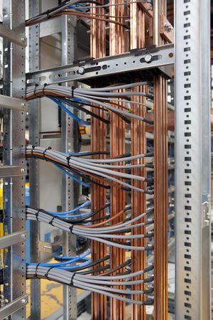 tablero de control: Cables y cooper en placa de panel el�ctrico  Foto de archivo