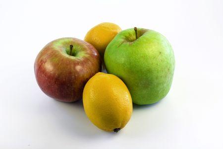 Fresh citrons et les pommes sur le fond blanc