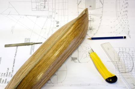 maquette en bois d'un navire sur le plan des outils