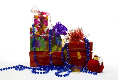 Packages de cadeau color� isol�s sur fond blanc