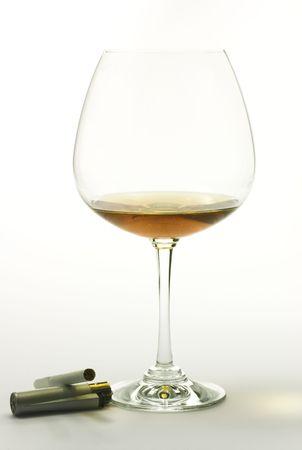 Brandy et cigatrette sur fond blanc