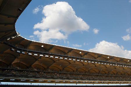 Stade vue plafond au-dessus du ciel bleu vif