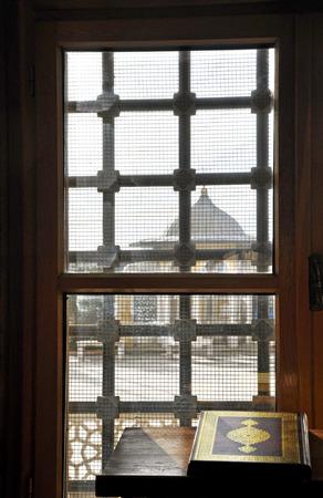 Coran ombrag�e par le soleil � travers la fen�tre de la mosqu�e Banque d'images