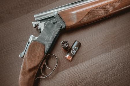 fusil de chasse: Fusil de chasse sur un fond en bois