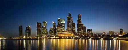 Vista panorámica del Skyline de noche de ciudad de Singapur Foto de archivo