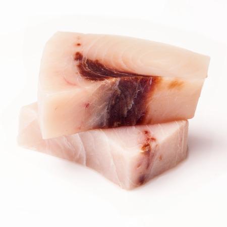 pez espada: El pez espada (gladius Xiphais) porci�n de carne sin cocer y aislados en un fondo blanco del estudio.