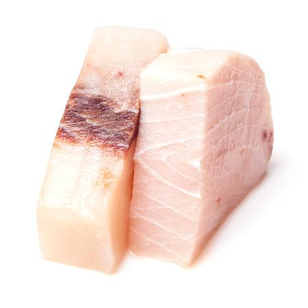 pez espada: El pez espada (gladius Xiphais) porción de carne sin cocer y aislados en un fondo blanco del estudio.