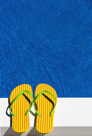 sandalias: Austria, Linz, rayas flip flop sandles en la piscina