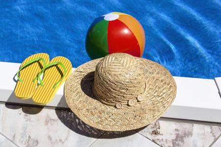 sandalias: Austria, Linz, pelota de playa flotando en el agua, zapatillas y sombrero en primer plano