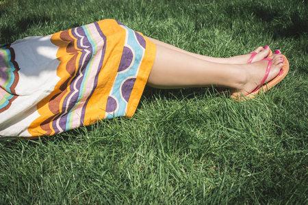 sandalias: Mujer, acostado, pradera, parcial, vista