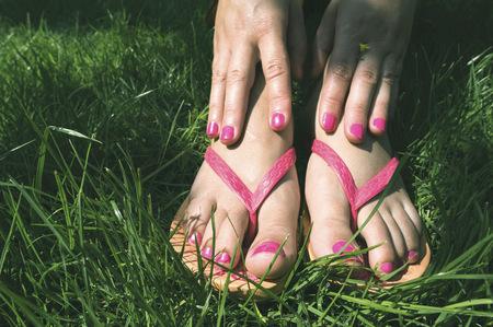 sandalias: Mujer manos y pies en un prado