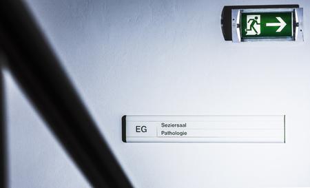 emergency exits: Firme para la sala de disección de un hospital LANG_EVOIMAGES