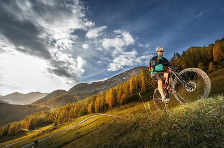 Austria, Altenmarkt-Zauchensee, young mountain biker driving at Low Tauern LANG_EVOIMAGES