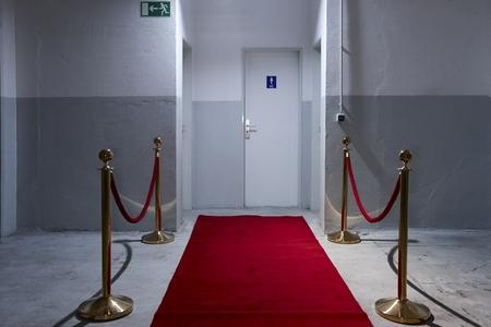 galas: Red carpet in front of toilette door LANG_EVOIMAGES