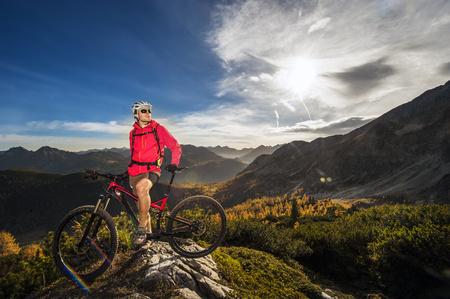 Austria, Altenmarkt-Zauchensee, young man with mountain bike at Low Tauern LANG_EVOIMAGES