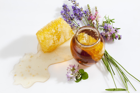 red clover: Glass of honey, honeycomb and wild flowers LANG_EVOIMAGES