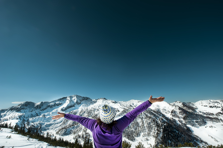 Austria, Altenmarkt-Zauchensee, woman with outstretched arms in mountainscape LANG_EVOIMAGES