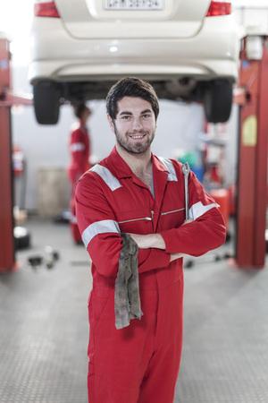 trabajo manual: Mecánico en el trabajo en garaje de reparación