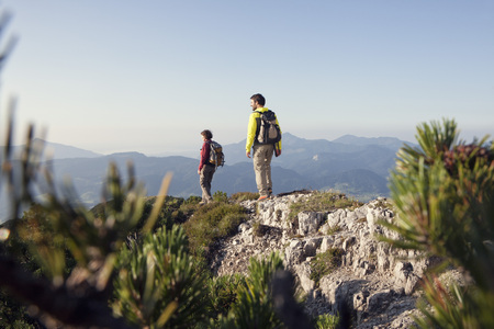 Austria, Tyrol, couple hiking at Unterberghorn LANG_EVOIMAGES
