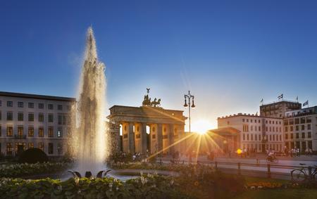 Germany, Berlin, Berlin-Mitte, Sun shining through Brandenburg Gate, Pariser Platz