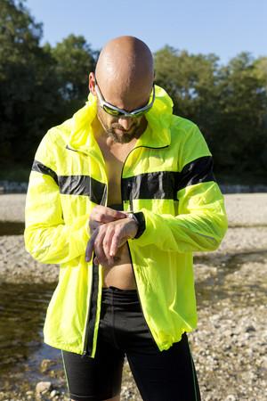self testing: Man in sports wear adjusting his smartwatch LANG_EVOIMAGES