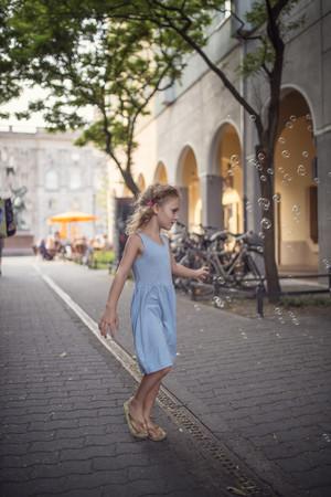 sandalias: Alemania, berlín, niña, llevando, ligh, azul, verano, vestido, mirar, pompas de jabón